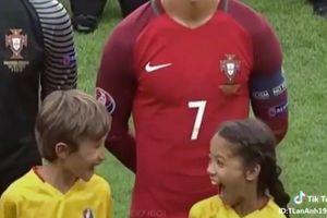 Lần đầu tiên được đứng cạnh Ronaldo, 2 em nhỏ biểu cảm đáng yêu khiến dân mạng đồng loạt thả tim