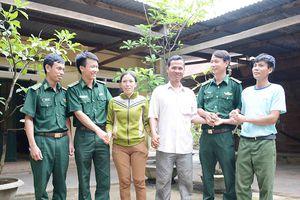 Bộ đội giúp dân vùng biên vượt qua mưa lũ