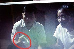 Thanh Hóa: Xuất hiện hình ảnh trưởng công an xã đánh bài và trao nhau tiền
