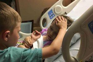 Xúc động hình ảnh cậu bé 6 tuổi vuốt trán an ủi em gái sắp qua đời vì ung thư não