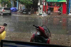 Sau chuỗi ngày nắng nóng khốc liệt, cư dân mạng đua nhau tung ảnh Hà Nội đã có 'mưa vàng' giải nhiệt