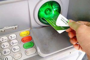Vietcombank tạm dừng tăng phí rút tiền ATM nội mạng