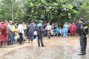 Dân đội mưa theo dõi phiên tòa xét xử vụ nổ súng làm 16 người thương vong ở Đắk Nông