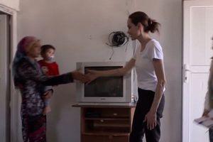 Đại sứ thiện chí Angelina Jolie xúc động khi thăm trại tị nạn Syria