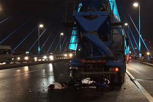 Xe máy đâm đuôi xe bồn trên cầu Nhật Tân trong đêm, 1 người tử vong