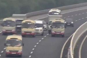 Bất chấp luật pháp, 3 xe khách dàn hàng ngang trên cao tốc Hà Nội - Hải Phòng