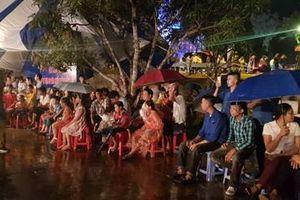 Người dân đội mưa dự lễ 50 năm 'Chiến thắng Đồng Lộc'