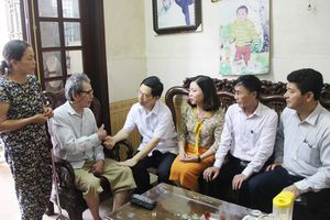 Đồng chí Nguyễn Xuân Sơn thăm, tặng quà các thương, bệnh binh