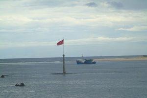 Ngư dân Quảng Bình khốn khổ vì cửa biển Nhật Lệ bị cát bồi lấp