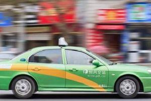 Khách trả nhầm 22 triệu cho cuốc taxi, tài xế tìm mọi cách giao lại
