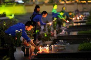 Hàng nghìn đoàn viên, thanh niên thắp nến tri ân các anh hùng liệt sỹ tại nghĩa trang Mai Dịch