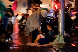 Cứ giúp đỡ người khác khi có thể rồi bạn sẽ được họ trả ơn một cách không ngờ