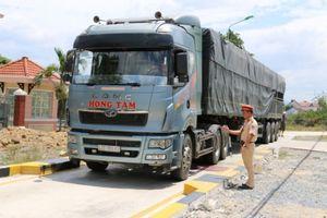 Liên tiếp xử phạt xe quá tải tại trạm cân Ninh Hòa