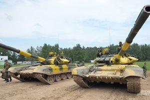 Nhiều người hâm mộ bộ đội Việt Nam lái xe tăng T-72B3 đầy uy lực