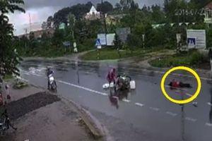 Clip: Chạy xe máy với tốc độ 'bàn thờ', 2 người chết, 1 người bị thương