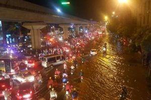 Dân mạng xót xa nhìn người dân Hà Nội tắm mưa trong cảnh tắc đường