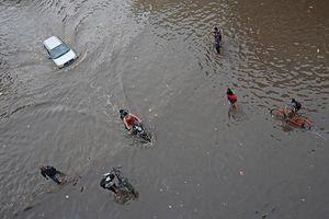 Mưa lớn ở Ấn Độ gây sập nhà, ô tô xe máy 'bơi' giữa đường phố