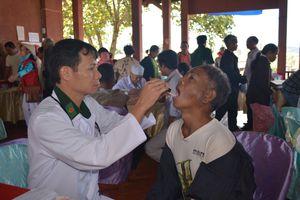 Khám bệnh, cấp thuốc miễn phí cho 300 lượt người dân Campuchia