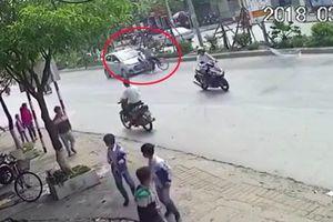 Cụ ông đèo cháu sang đường không quan sát, bị ôtô tông ngã
