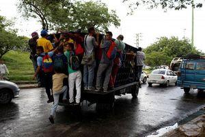 Hình ảnh người dân Venezuela 'đu' xe tải đi làm do khủng hoảng giao thông công cộng
