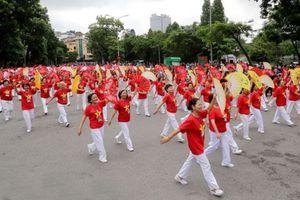 Hàng nghìn người diễu hành kỷ niệm 10 năm Hà Nội mở rộng