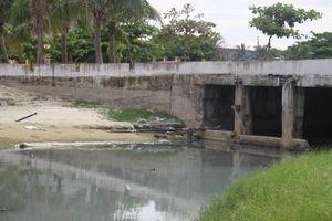 Nước thải lại chảy tràn ra biển Đà Nẵng