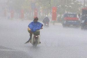 Mưa trắng trời ở Biên Hòa, nước ngập trôi cả xe máy