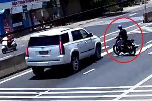 Clip: Tránh xe máy sang đường như chốn không người, tài xế ô tô bẻ lái xuất thần