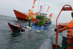 Cứu nạn 17 thuyền viên tàu cá bị chìm