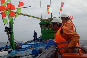Cứu nạn thành công 17 ngư dân trên tàu cá bị phá nước về bờ an toàn
