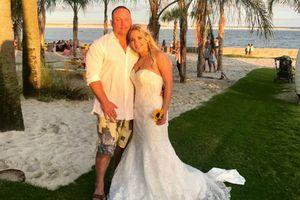 Đang chụp hình cưới, chú rể dũng cảm lao ra cứu người đuối nước