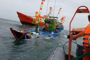 Cứu nạn 17 thuyền viên trên tàu cá bị phá nước