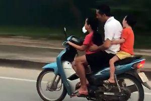 Sốc với bé gái điều khiển xe máy 'kẹp 3' phi như bay trên đường