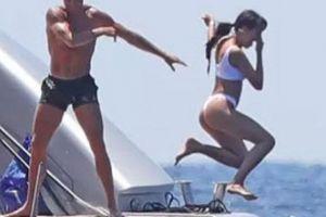 'Danh thủ 800 tỷ' Ronaldo ném bạn gái bay khỏi du thuyền triệu USD