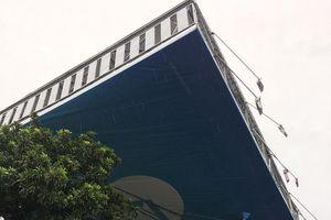 Mưa lớn quật đổ biển quảng cáo gây thương vong