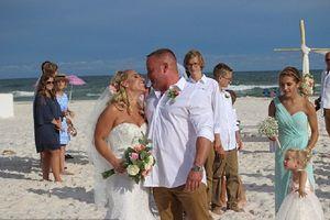 Đang chụp hình cưới, chú rể nhảy xuống biển cứu người sắp chết đuối