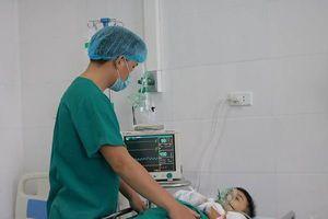 Kinh hoàng bé trai nhập viện vì đồ chơi chạy bằng pin phát nổ