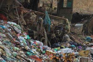 Vì sao tồn tại núi rác khổng lồ dưới chân cầu Long Biên?