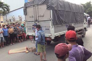 Vợ chồng khóc ngất khi chứng kiến con trai 2 tuổi chết thảm dưới bánh xe tải