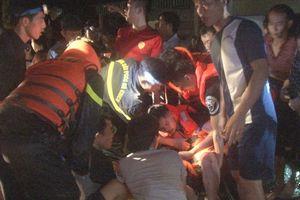 Hai chiến sĩ bị thương nặng khi giúp người dân di dời khỏi vùng lũ