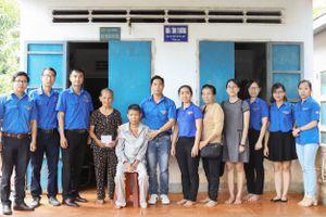 Thanh niên PV GAS cụm BR-VT thăm tặng quà các gia đình nạn nhân dioxin