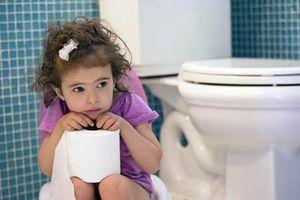 Trẻ bị táo bón kéo dài - nguy hiểm khó lường nếu mẹ 'lơ là'