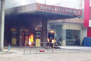 Xe bồn tiếp nhiên liệu bất ngờ bốc cháy thiêu rụi cả cây xăng