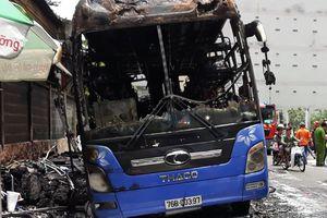 Ôtô khách giường nằm bốc cháy dữ dội giữa phố Sài Gòn