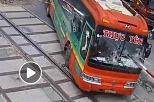 Vì sao tài xế xe khách lại lái xe đâm gãy barie khi tàu hỏa đang lao tới?