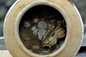 Bản tin 20H: Đào bới căn nhà sập được kho báu chứa đầy vàng