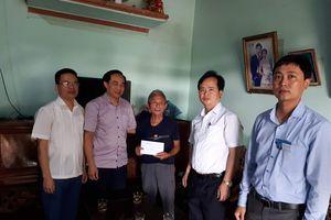 Thăm hỏi và trao quà người dân bị ngập lụt ở Con Cuông