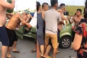 Chửi tài xế xe tải là 'đồ nhà quê', thanh niên xăm trổ bị 2 VĐV Sumo đánh bầm dập