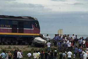Tàu hỏa va chạm với xe ô tô khiến 2 người chết, 2 người bị thương
