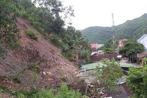 Núi lở đè sập nhà dân ở Nghệ An